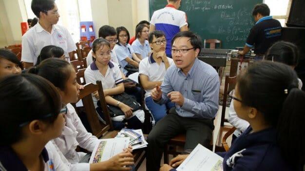 Giáo viên đang giải thích về hiện trạng hướng nghiệp của nước ta cho học sinh