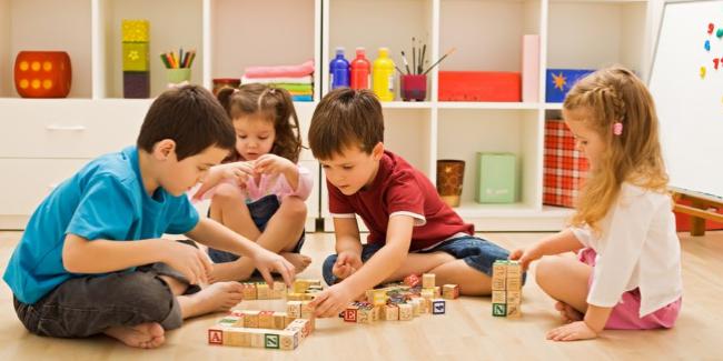 Hoạt động nhóm ở trẻ trong Phương pháp Montessori