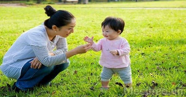 bé chơi cùng mẹ ở môi trường ngoài