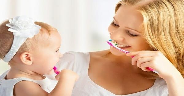 Mẹ dạy bé đánh răng